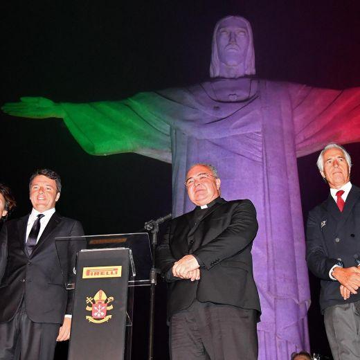 """Olimpiadi Rio, il Cristo diventa tricolore. Renzi: """"Spero ori azzurri""""08"""
