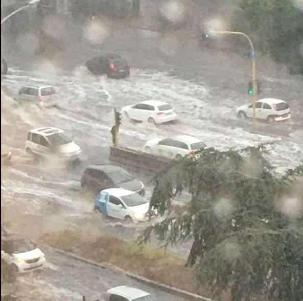 Roma, bomba d'acqua paralizza città: metro in tilt, strade allagate...10