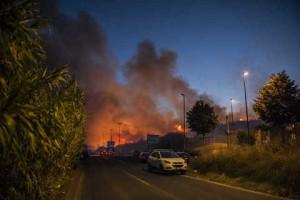 Roma, incendio via Magliana: strade chiuse, treni fermi