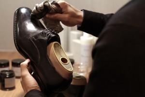 Guarda la versione ingrandita di Come si lucidano le scarpe: lucido, un panno e...
