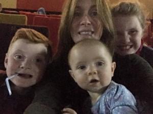 """Selfie con i figli, poi guarda la foto: """"C'è il fantasma di una bambina"""""""