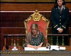 Guarda la versione ingrandita di Linda Lanzillotta presidente di turno durante la seduta del 3 agosto 2016 in Senato