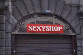 Francia, incidente al sexy shop: anziano di 81 anni muore guardando un film per adulti