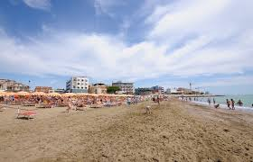 Guarda la versione ingrandita di Caorle, turista mangia e si tuffa: ucciso da un malore in spiaggia