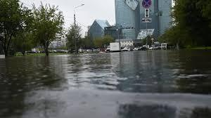 Guarda la versione ingrandita di YOUTUBE Mosca, strade e auto sommerse: non pioveva così da 130 anni