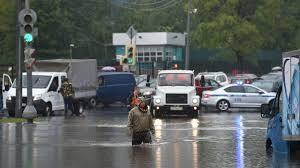 Mosca, non pioveva così da 130 anni: strade e auto sommerse