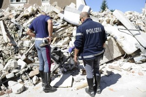 Guarda la versione ingrandita di Terremoto, sos sciacalli: ad Amatrice uno quasi linciato, a L'Aquila... (foto Ansa)