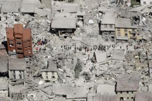 Guarda la versione ingrandita di Terremoto Amatrice, il palazzo rimasto solo: intorno tutti caduti FOTO