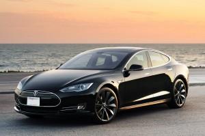 """Francia, auto elettrica Tesla """"S"""" a fuoco durante tour promozionale"""