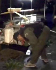 Il fermo immagine tratto da un video andato in onda al Tg1 mostra agenti al lavoro dopo la doppia esplosione a Hua Hin (Ansa)
