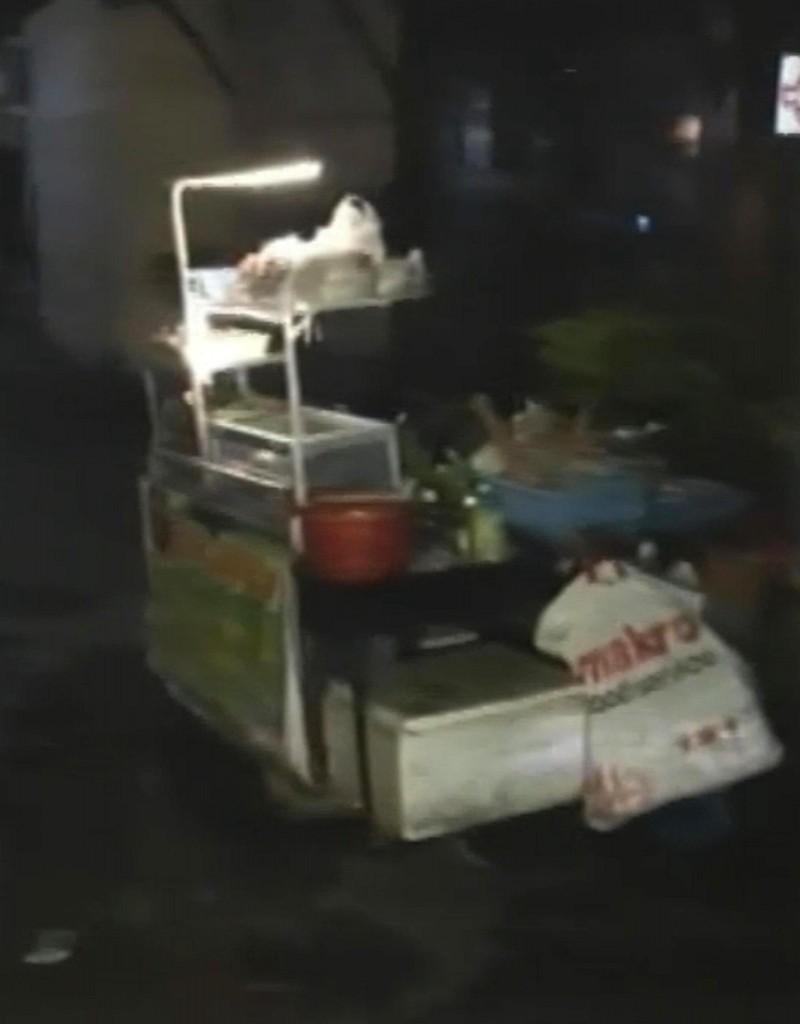 Il fermo immagine tratto da un video andato in onda al Tg1 mostra agenti al lavoro dopo la doppia esplosione a Hua Hin (Ansa)2
