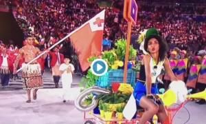 Guarda la versione ingrandita di Rio 2016, muscoli e olio: ecco il portabandiera di Tonga