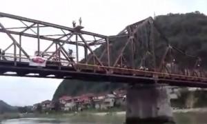 Guarda la versione ingrandita di YOUTUBE Andrei Beuc si lancia dal ponte nel fiume, poi scompare