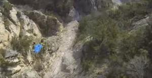 Uli Emanuele in volo, rischiando la vita tra le montagne