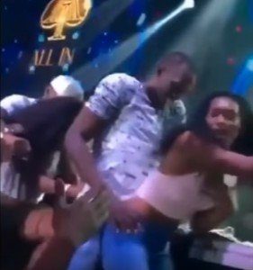 Guarda la versione ingrandita di YOUTUBE Usain Bolt, twerking scatenato in discoteca a Rio