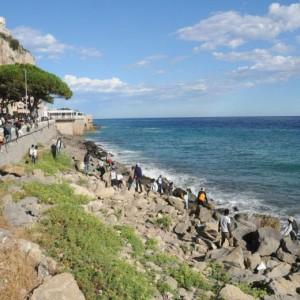 Guarda la versione ingrandita di Ventimiglia, migranti sfondano confine: a nuoto fino in Francia, occupano scogliera