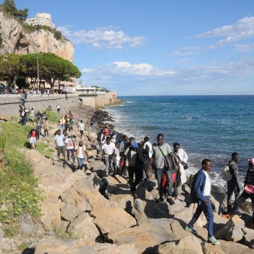 Ventimiglia, migranti sfondano confine: a nuoto fino in Francia, occupano scogliera12
