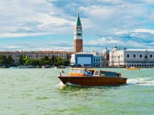 Venezia, taxi acqueo trancia in due barchino: tre ragazzi feriti, uno è grave