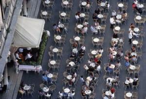 Venezia, fanno pic nic sui tavolini del bar e pestano cameriere