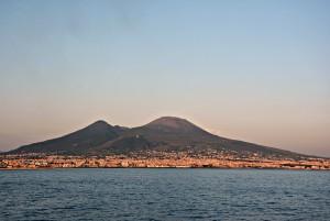 Vesuvio, autobus con 35 turisti esce di strada: in bilico su un dirupo