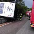 Vesuvio, autobus con 35 turisti esce di strada: in bilico su un dirupo4