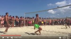 Guarda la versione ingrandita di YOUTUBE Daniele Abbattista batte Bobo Vieri a footvolley. E lui...