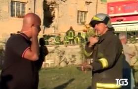 Terremoto, giornalista Tg3 disturba soccorsi: vigile gli dice di fare silenzio ma…