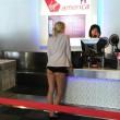 La ragazza bionda al check-in della Virgin, mutande o short? La FOTO ha fatto il giro del mondo, web scatenato