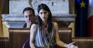 """Virginia Raggi: """"Roma, rischio sanitaria"""". E difende Paola Muraro"""