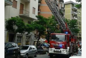 """Roma, urla alla finestra: """"Faccio saltare il palazzo"""". Poi ferisce agenti..."""