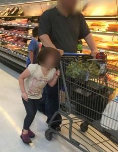 Lega capelli figlia al carrello e la trascina per il supermercato FOTO