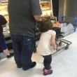 Lega capelli figlia al carrello e la trascina per il supermercato 02