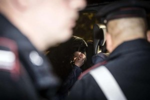 Fosdinovo, scambia moglie per ladro e le spara: è gravissima