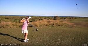 Ad 8 anni gioca a golf e colpisce con la palla drone in volo4