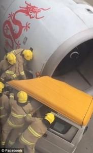 Guarda la versione ingrandita di YOUTUBE Aereo centra in pieno furgone: autista intrappolato all'interno