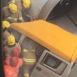 Aereo centra in pieno furgone autista intrappolato all'interno