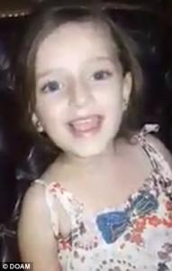 Una bambina siriana canta felicemente davanti alla telecamera. Fuori dalla sua casa, una bomba esplode improvvisamente costringendo la ragazzina a scappare via. 111