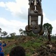 Anaconda lunga 10 metri spostata con escavatore5