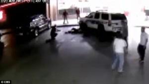 Guarda la versione ingrandita di YOUTUBE Auto investe 3 poliziotti fermi e finisce contro vetrina, arrestato