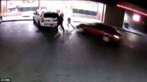 Auto investe 3 poliziotti fermi e finisce contro vetrina, arrestato11