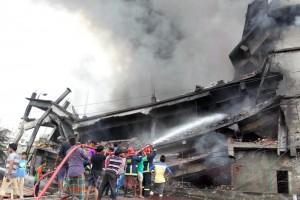 Guarda la versione ingrandita di Bangladesh, incendio in una fabbrica: almeno 15 morti (foto Ansa)