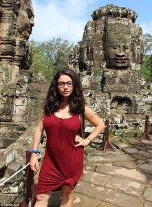 Guarda la versione ingrandita di Cade da scogliera, per sfuggire a un uomo, tragica vacanza in Thailandia: schiena rotta, resterà paralizzata