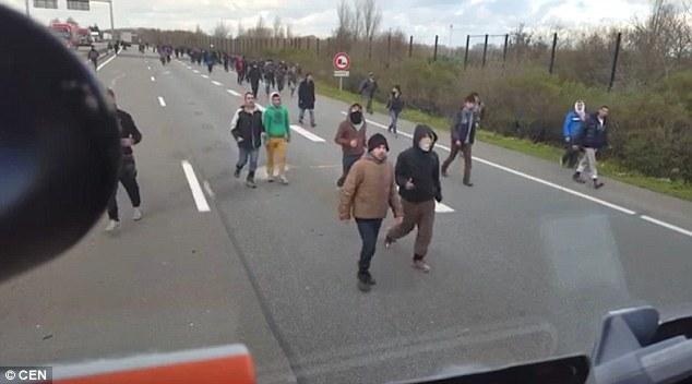 Calais, camionista sbanda col tir per allontanare migranti 3