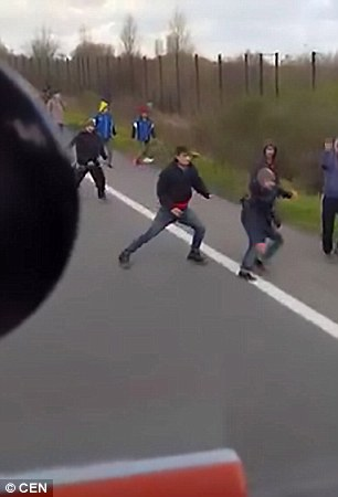 Calais, camionista sbanda col tir per allontanare migranti 888