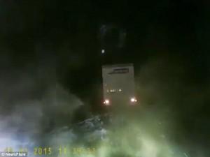 Guarda la versione ingrandita di YOUTUBE Calais, migranti danno fuoco a strada per fermare camion: autista…