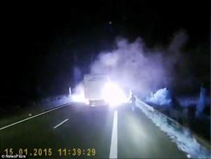Calais, migranti danno fuoco a strada per fermare camion6