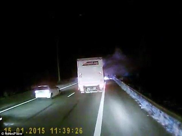 Calais, migranti danno fuoco a strada per fermare camion3