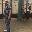 """Canta """"unchained Melody"""" nella metro di New York4"""