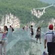 Cina, il ponte di vetro dei record chiude troppi visitatori5