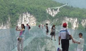Cina, il ponte di vetro dei record chiude troppi visitatori6